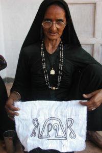 brodeuse Rabari de l association Kala Raksha gujarat inde