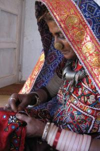 brodeuse Paaco de l association Kala Raksha gujarat inde
