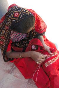 brodeuse Jat de l association Kala Raksha gujarat inde